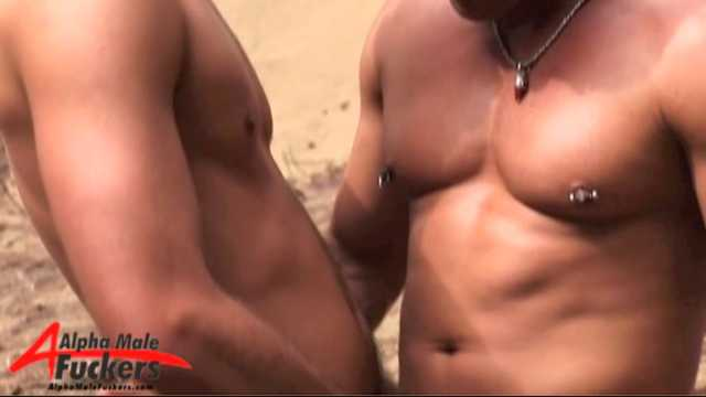Videos partouze gays d'hommes musclés : baise dans une orgie gay de folie !