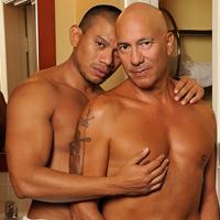 Un senior grosse bite gay défonce bareback un latino musclé !
