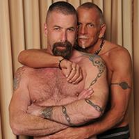 Barbu gay mature tatoué explose nokpote le fion de son partenaire senior.