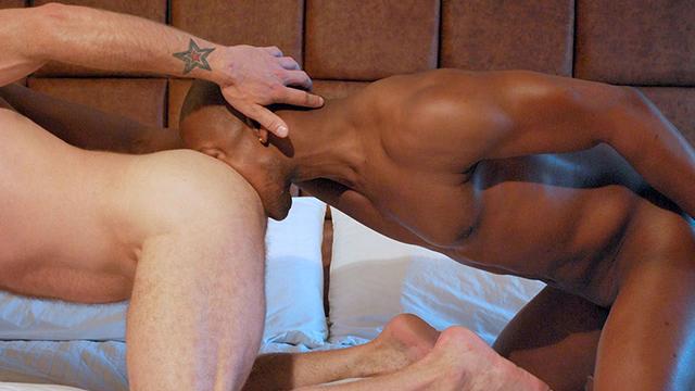 Video vieux gays bareback black et blanc : senior gay déchaîné, défonce de rondelle sur le pieu !