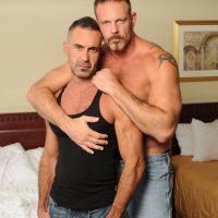 Videos vieux gays : sexe bareback entre seniors homos !