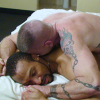 Video senior et homo : sexe entre un bear mature gay et un beau black TBM !