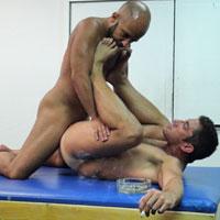 Nokpote gay pour ce couple sexe bareback qui baise en levrette !
