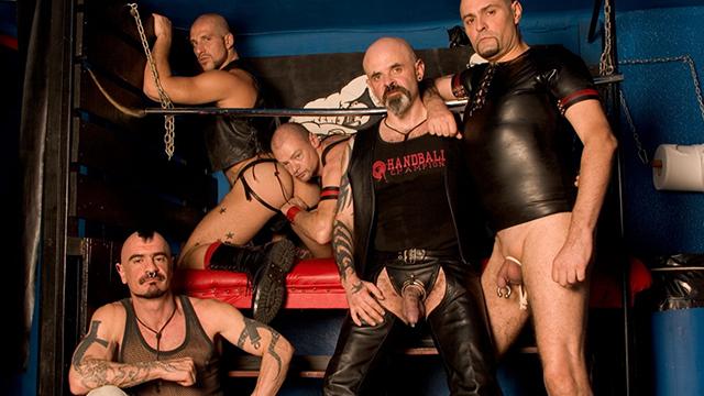 Méga partouze senior gay entre hommes adeptes du cuir, des tatouages et des piercings